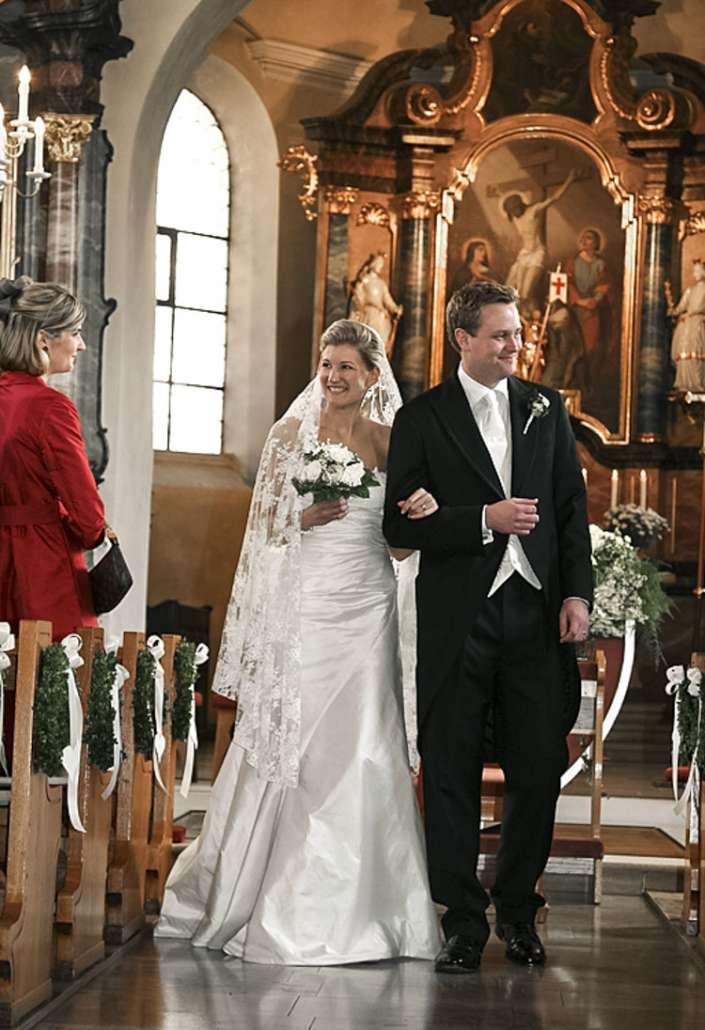 Das Brautpaar zieht aus der Kirche aus