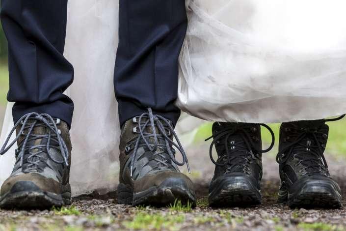 Brautpaar in Wanderschuhen