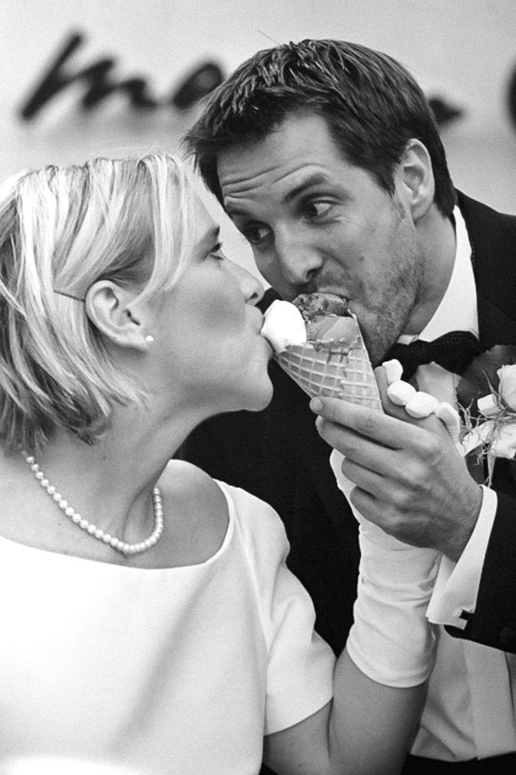 Eis essendes Brautpaar