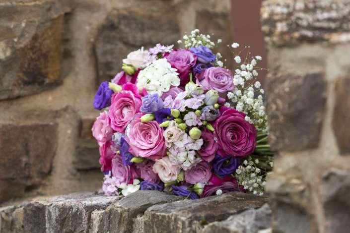 Brautstauß auf einer rustikalen Steinmauer