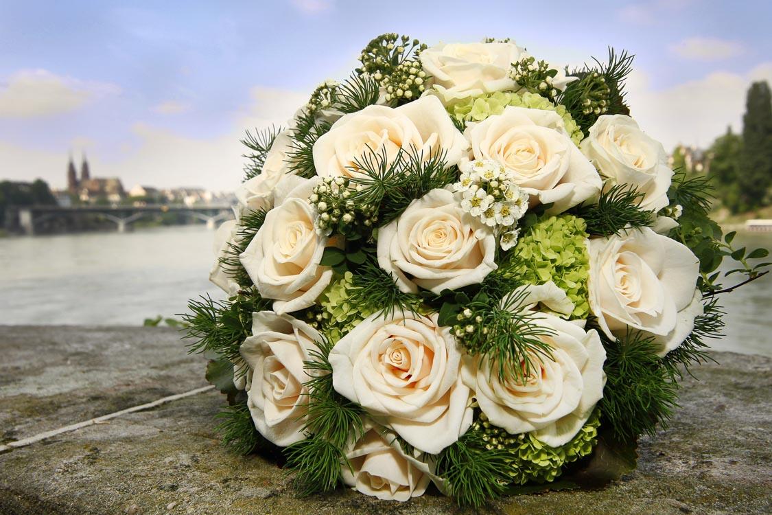 weiße Rosen im Brautstrauß