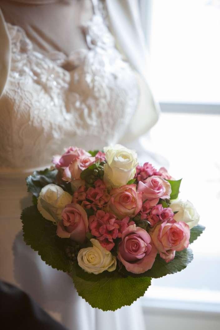Klassischer Brautstrauß mit rosa Rosen