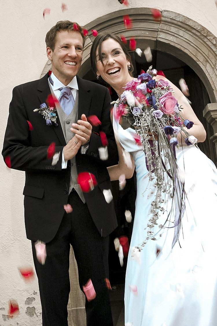 Blumenregen für das Brautpaar