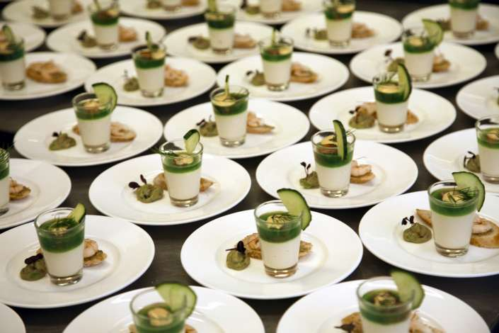 viele vorbereitete Desserts