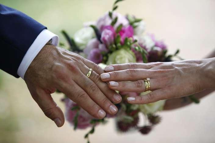 Hochzeitsbilder in Bruchsal, Eheringe an den Fingern