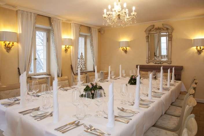 Festtafel in elegantem Raum
