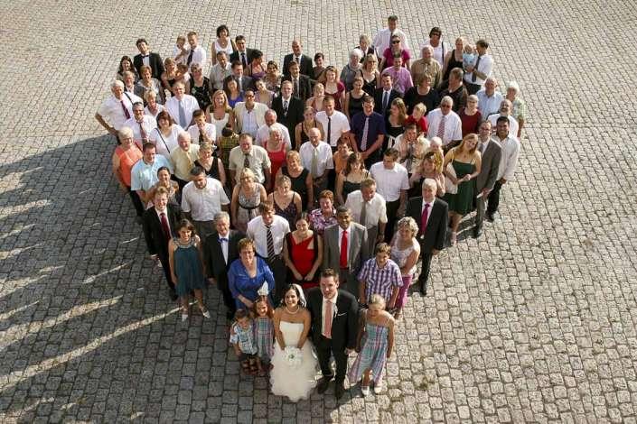 Gruppenfoto in Herzform bei einer Hochzeit in Emmelshausen
