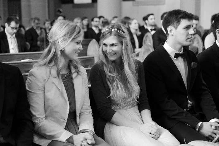 die Freundinnen in der Kirche