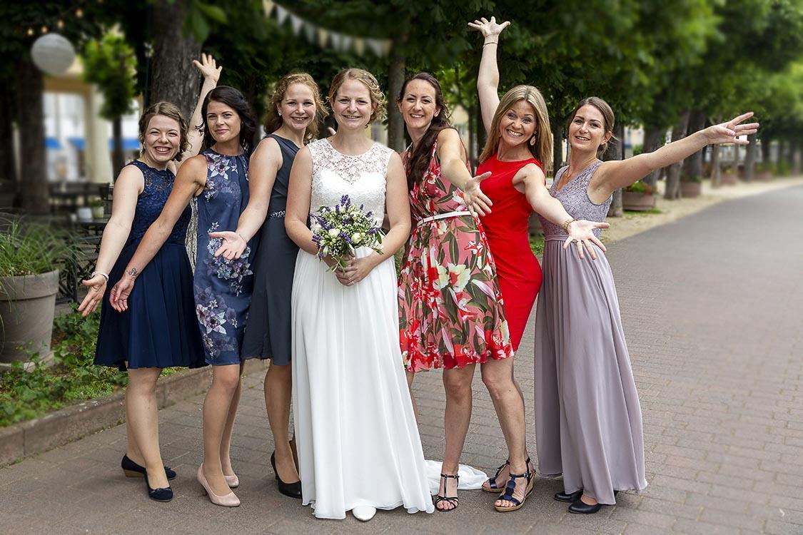 Gruppenfoto der Braut-Freundinnen im Park