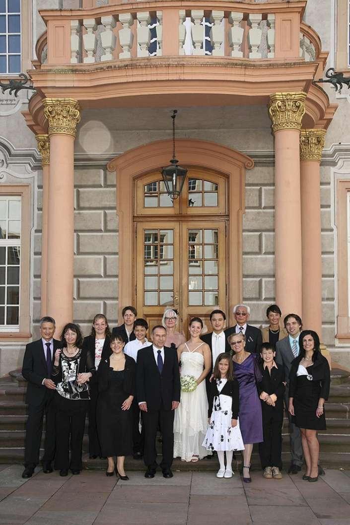 Gruppenfoto der Hochzeitsgäste vor dem Ettlinger Schloss