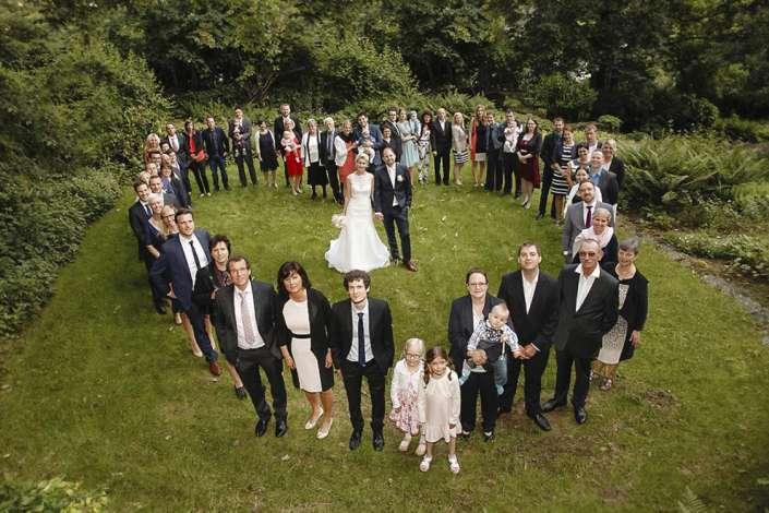 Herzchenförmiges-Gruppenfoto bei einer Hochzeit