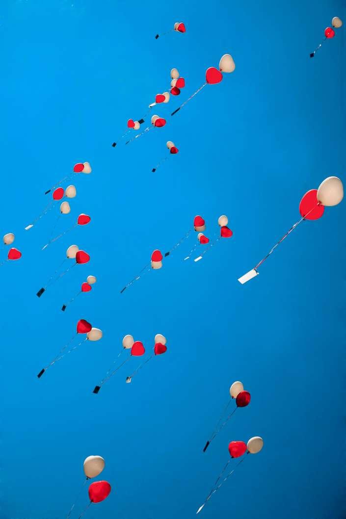 Herzballons steigen auf