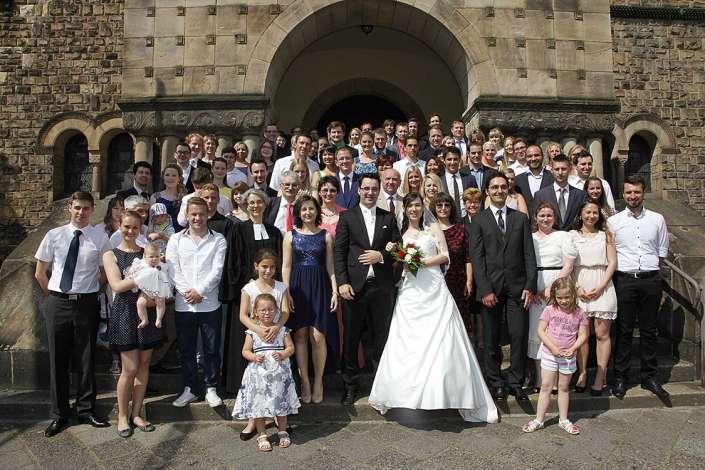 Gruppenfoto Hochzeitsgäste vor der Lutherkirche Karlsruhe