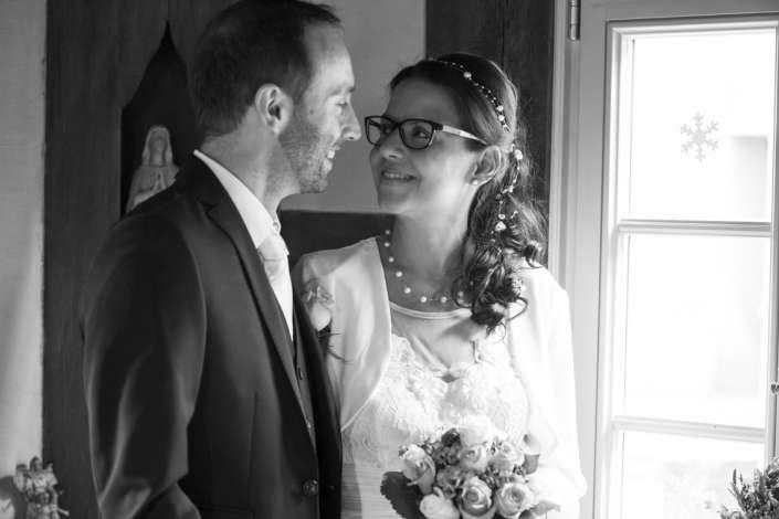 Brautpaar am Fenster