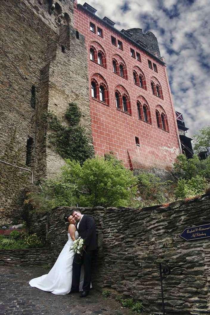 Hochzeitsfotograf Oberwesel zeigt Schönburg mit Schäfchenwolken