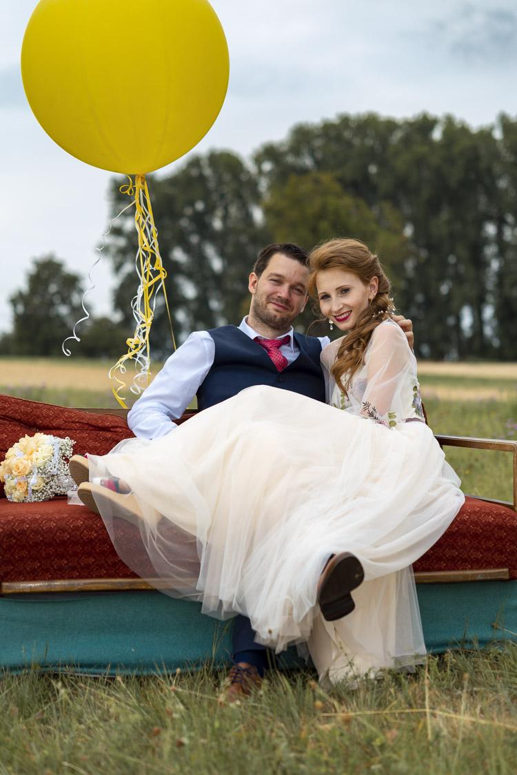 Hochzeitsfotograf in Waldkirch mit gelbem Luftballons