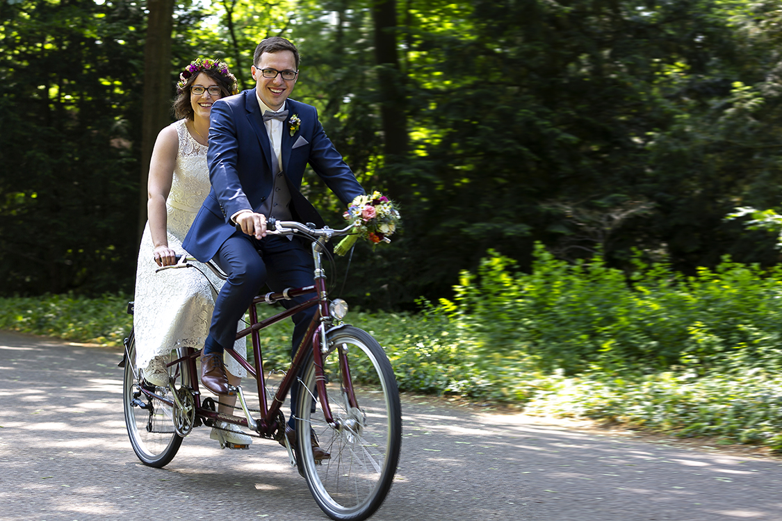 Hochzeitsfotograf in Kirchzarten. Brautpaar auf Tandem.