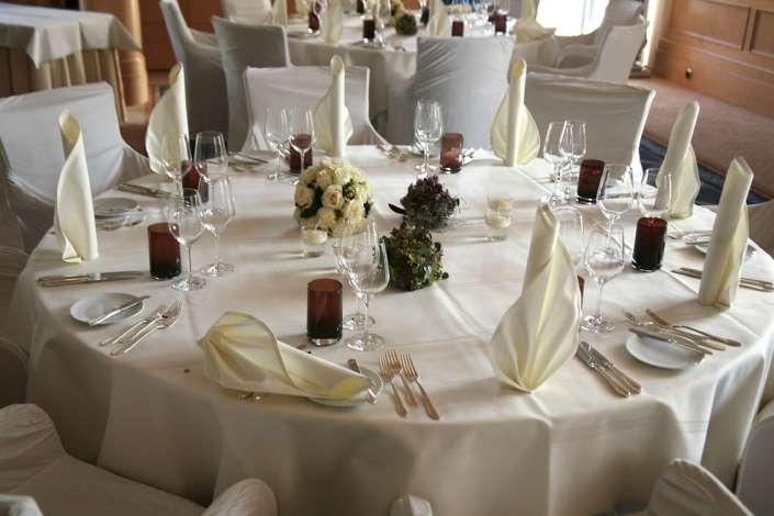 Hochzeitslocation, eingedeckter Tisch