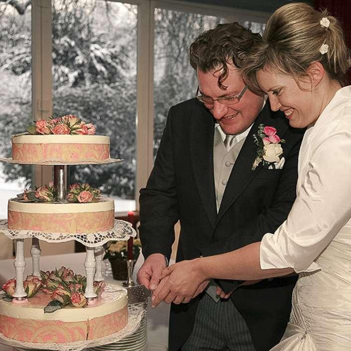 der Hochzeitstortenanschnitt