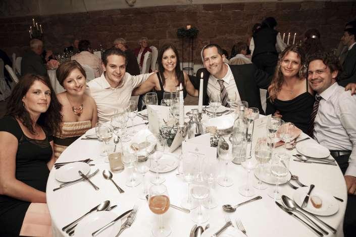 Bräutigam am Tisch der Gäste