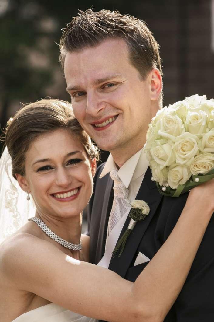 Nahaufnahme von einem glücklichen Brautpaar