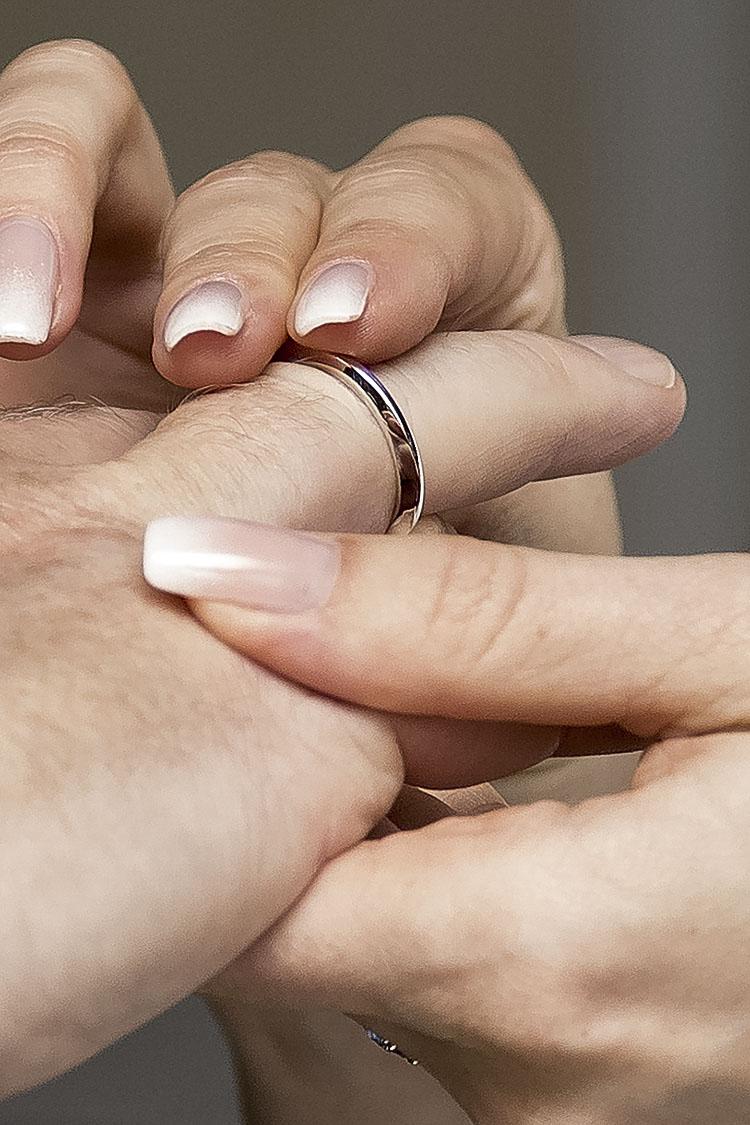 der Ring wird angesteckt