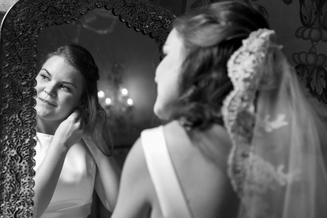 Braut am Spiegel