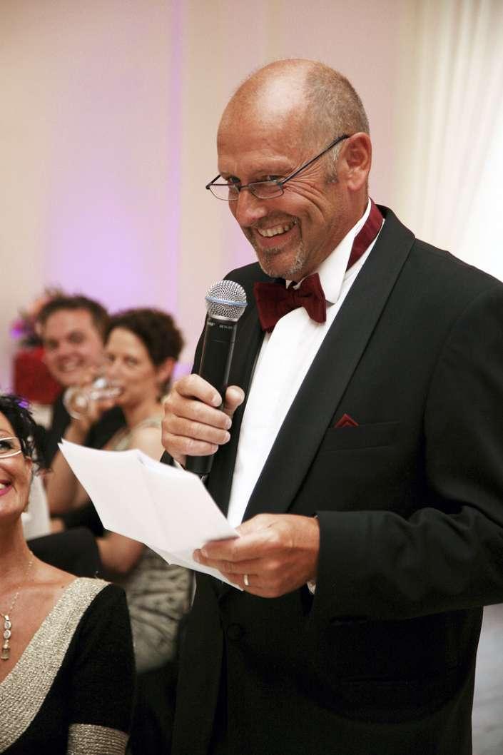 der Brautvater hält die Rede