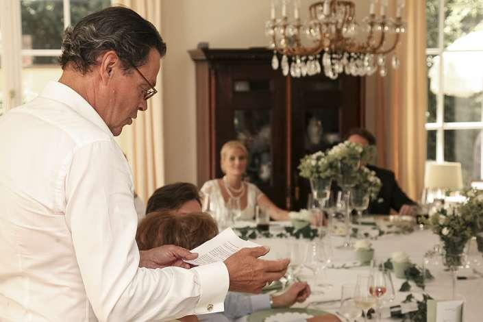 Der Vater hält die Tischrede