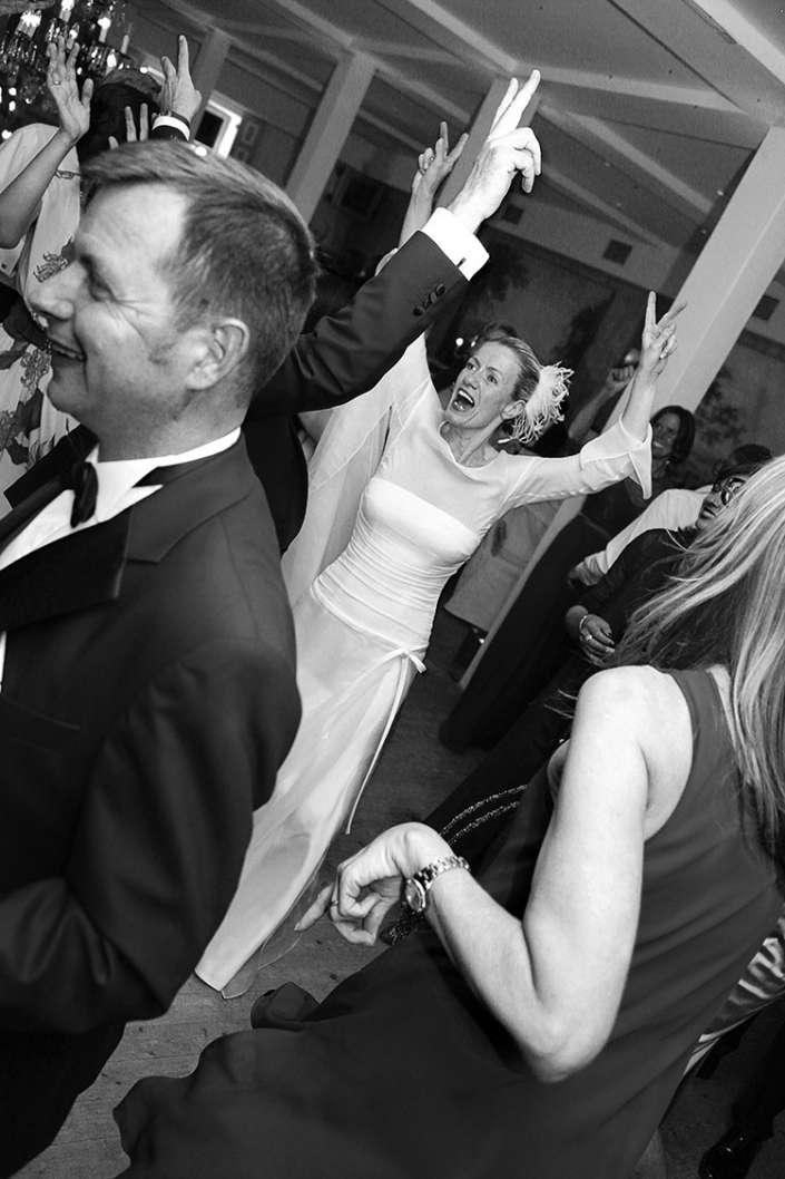 die Braut tanzt und hebt dabei die Hände
