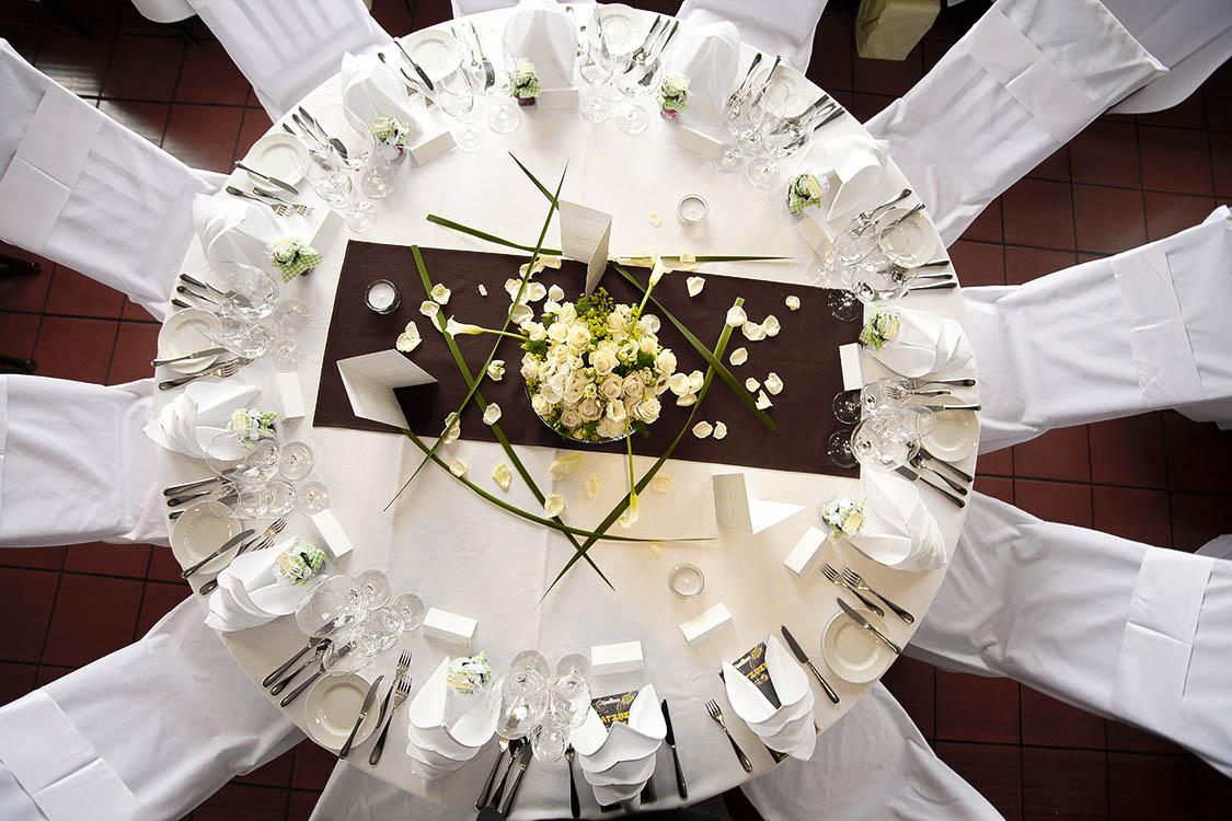 fein eingedeckte Hochzeitstafel