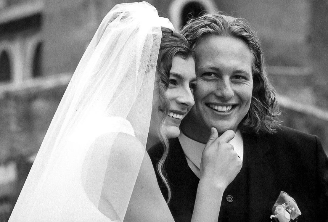 ein sehr glückliches Brautpaar