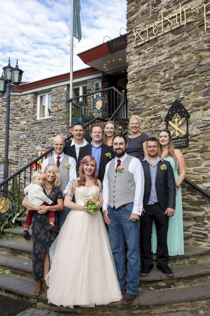 Hochzeitsgruppenfoto auf der Rheinfels