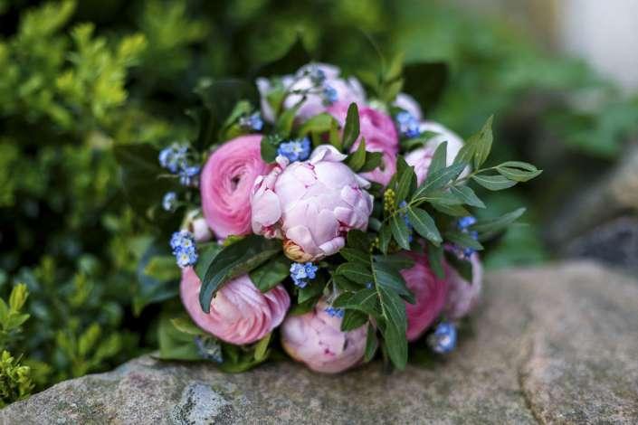 Wildblumen und Rosen-Brautstrauß