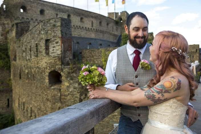 professionelle Hochzeitsfotos St.Goar mit der Burg im Hintergrund