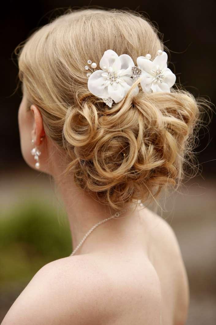 Brautfrisur mit Blüten
