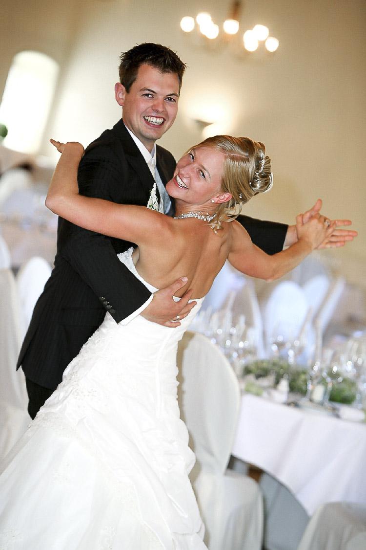 das Brautpaar tanzt