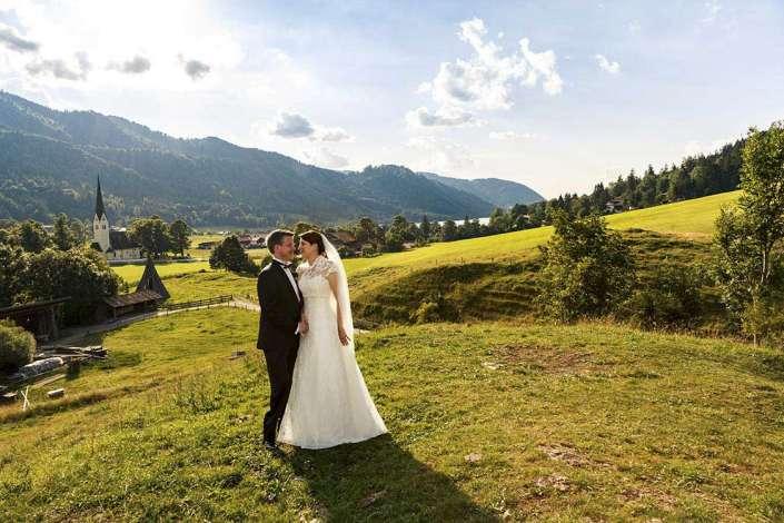 Brautpaar in Landschaft bei Abendlicht