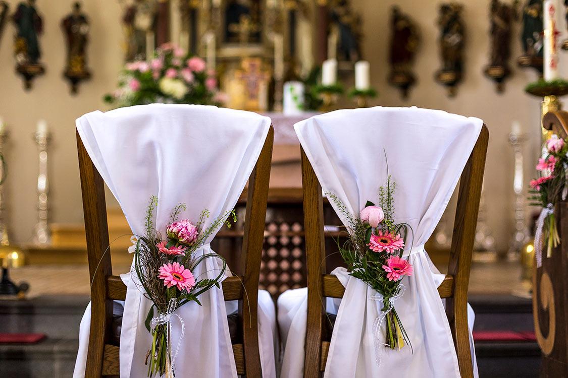 Bild der Stühle vor der Trauung