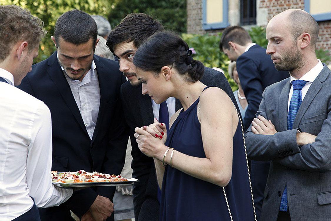 wie das wohl schmecken mag. Gäste beim Hochzeitsfest