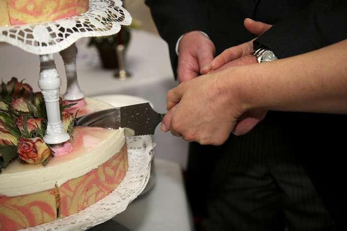 gemeinsam die Torte anschneiden